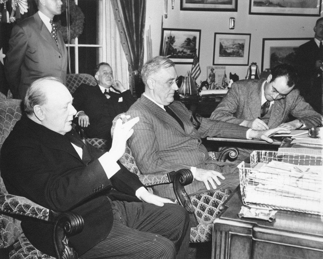 1941年12月23日,美國才剛加入二戰,亟欲鞏固美方的邱吉爾(左)也應羅斯福總...