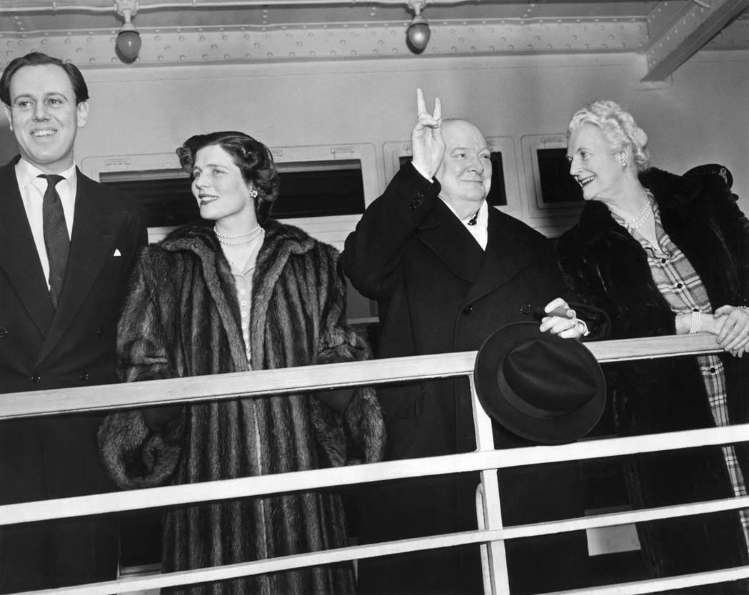 幫助掩蓋首相中風秘密的邱吉爾一族,由左至右分別是:女婿索梅斯、女兒瑪麗、邱級爾本...