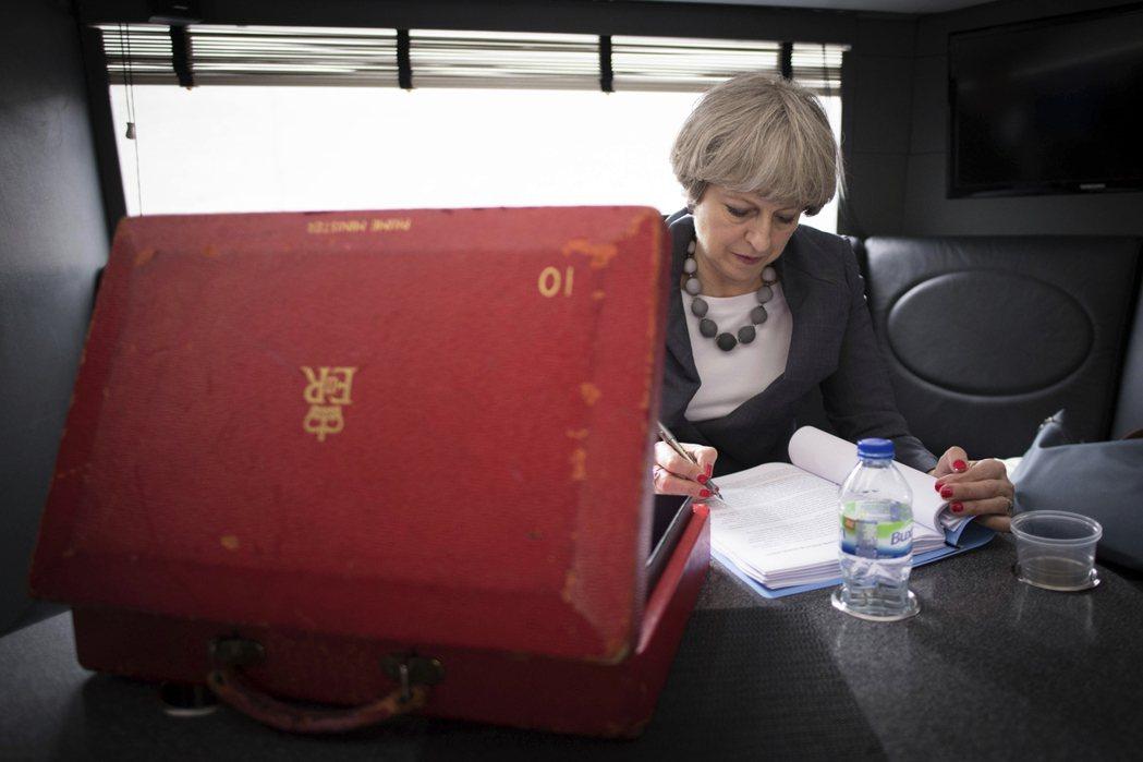 2017年的夏天,又是英國「選舉的季節」。發動提前改選的英國首相梅伊(圖),也信...