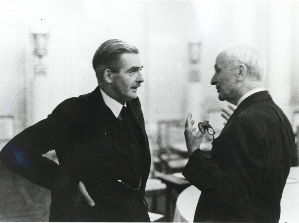 直到今天,狼狽下台的艾登(左),都被英國人視為「20世紀最不受歡迎首相」。 圖/...