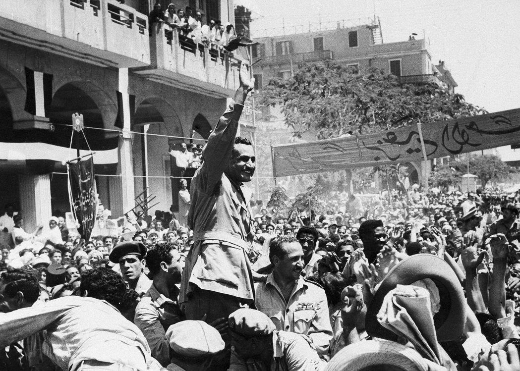 1956年7月,納瑟宣布「蘇伊士運河收編國有」,英國與埃及的關係自此陷入無比緊張...
