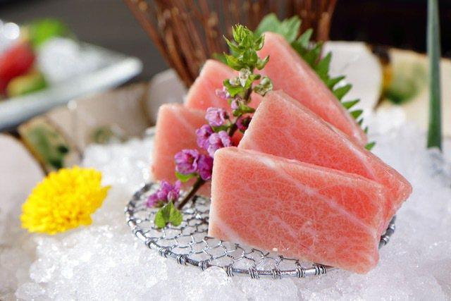 夏日炎炎,如果您吃的是生魚片、生猛海鮮,衛福部食藥署呼籲,別再拍照打卡了,趕快吃...