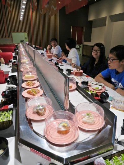 許多人愛吃迴轉壽司,食藥署提醒,切忌一時躊躇,讓想吃的生魚片壽司在轉檯上轉太久。...