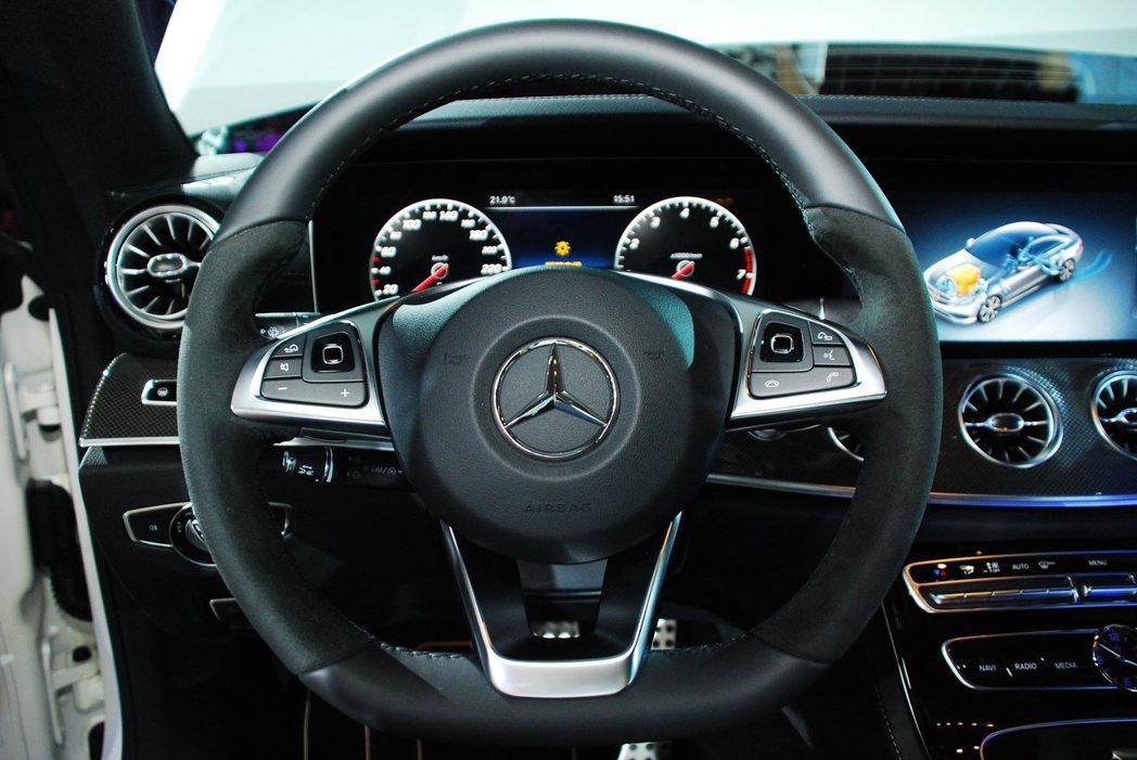 新Mercedes-Benz E-Class Coupe方向盤。記者林昱丞/攝影