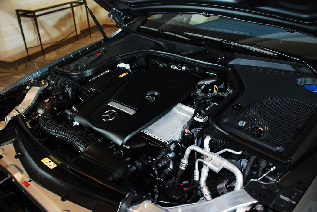 E 200和E 300搭載同一顆2.0升直列四缸渦輪增壓汽油引擎,但動力輸出則為...