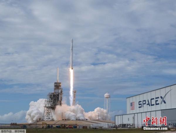 美軍將首度使用太空探索技術公司(Space X)的獵鷹9火箭,圖為先前發射情況。...