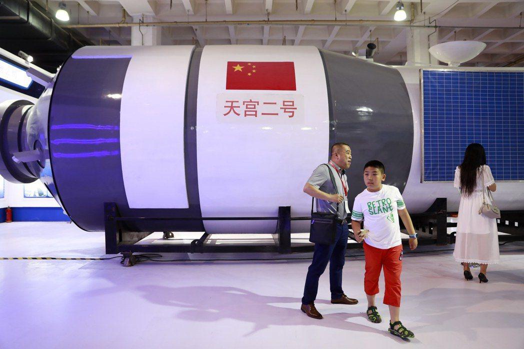 中國大陸北京高科技覽會八日揭幕,大陸航太發展選擇走自己的路,圖為參觀者行經「天宮...