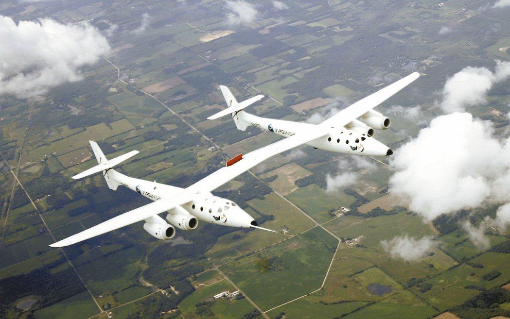 專為太空旅行而設計的「維珍母船伊芙號」進行試飛。它會爬升到一萬五千五百公尺的高空...