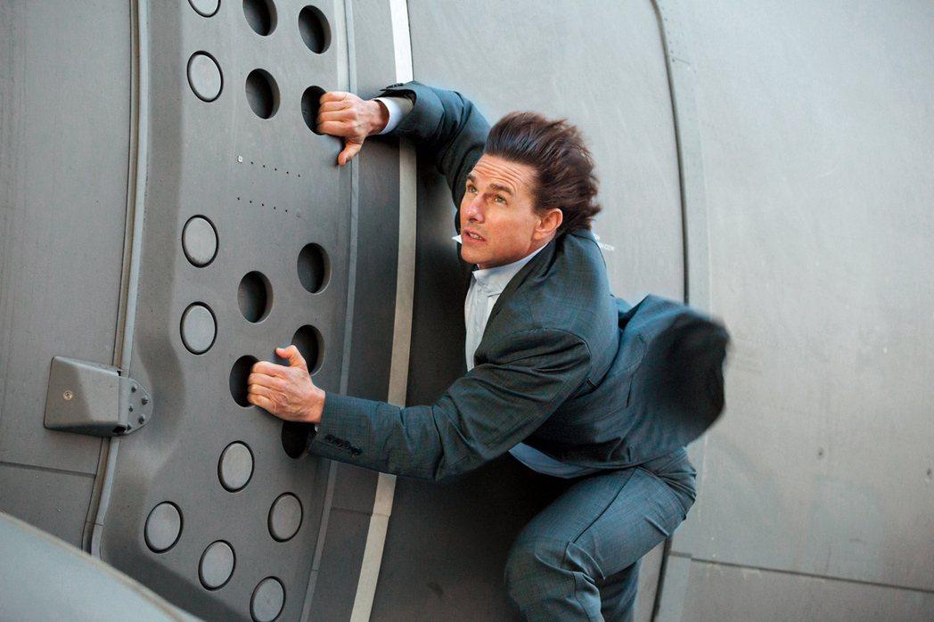 湯姆克魯斯曾在「不可能的任務:失控國度」中挑戰徒手爬上飛機。圖/UIP提供