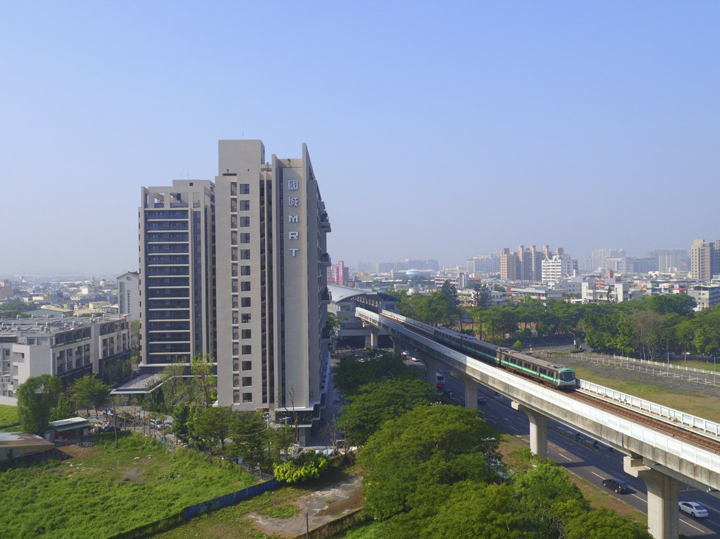 「國城捷運世代」就在捷運紅線R20出口對面。 圖片提供/國城建設