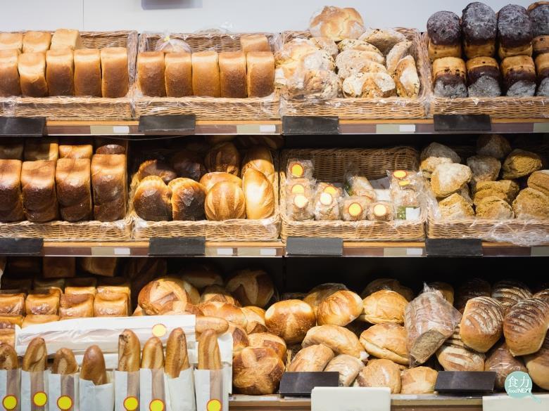 麵包應該怎麼吃最正確?《食力》解密麵包常見錯誤知識。