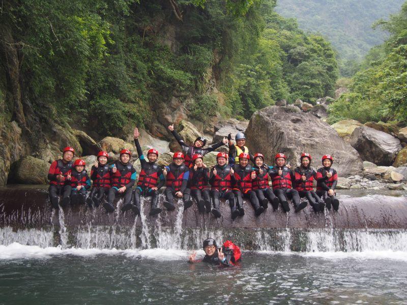 是遊戲也是運動,溯溪就像在大自然水上樂園裡遊玩。(瑪邇士活動企劃整合行銷有限公司...