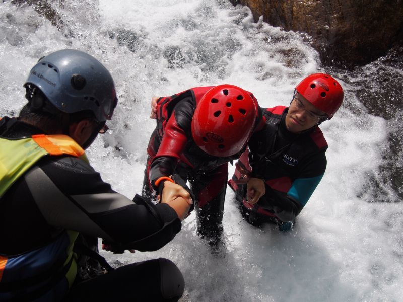 互相幫助,克服每一段急流、瀑布,超刺激。(瑪邇士活動企劃整合行銷有限公司提供)