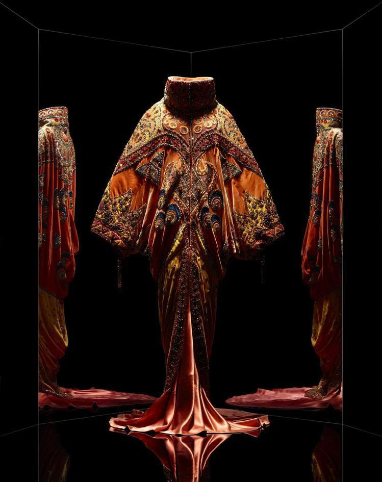 John Galliano所設計的1998年春夏高級訂製服,靈感來自俄羅斯芭蕾舞...