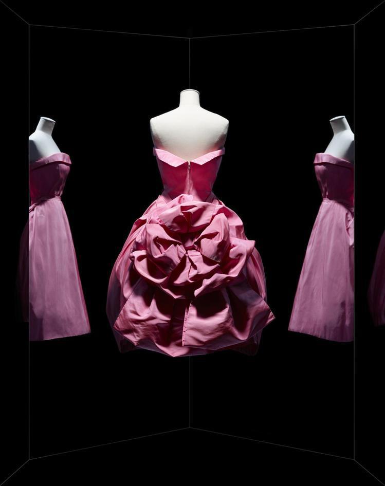 Chrisitian Dior於1956年秋冬發表的羅緞錦織高級訂製服。圖/DI...