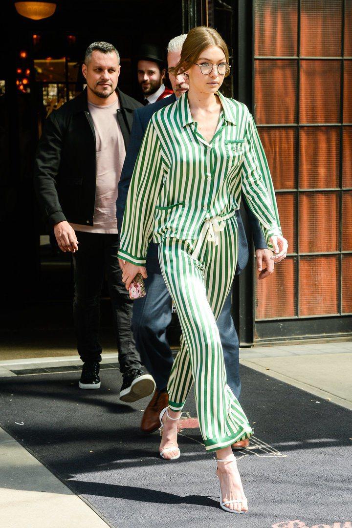 人氣名模吉吉哈蒂德前陣子也穿了一件Morgan Lane的絲綢條紋睡衣上街,她跟...