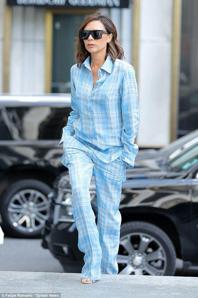 貝嫂近日被拍到身穿同名品牌Victoria Beckham的2018早春系列天藍