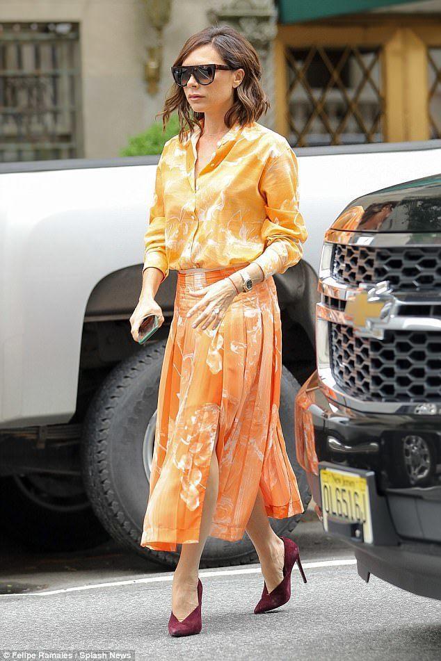 貝嫂日前也展示了另一件同樣出於自家品牌早春系列的百褶裙套裝。圖/摘自英國每日郵報