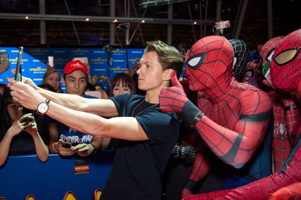 湯姆霍蘭德和一群蜘蛛人玩自拍。圖/索尼提供