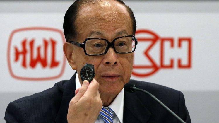 香港首富李嘉誠曾在記者會上摘下他佩戴的星辰表,讓人看見他的樸實作風。圖/摘自ms...