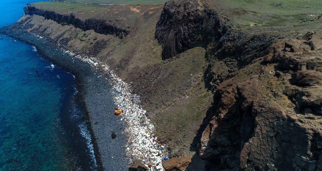 澎湖海岸線充斥著長長的保麗龍等海洋垃圾。記者王騰毅/攝影
