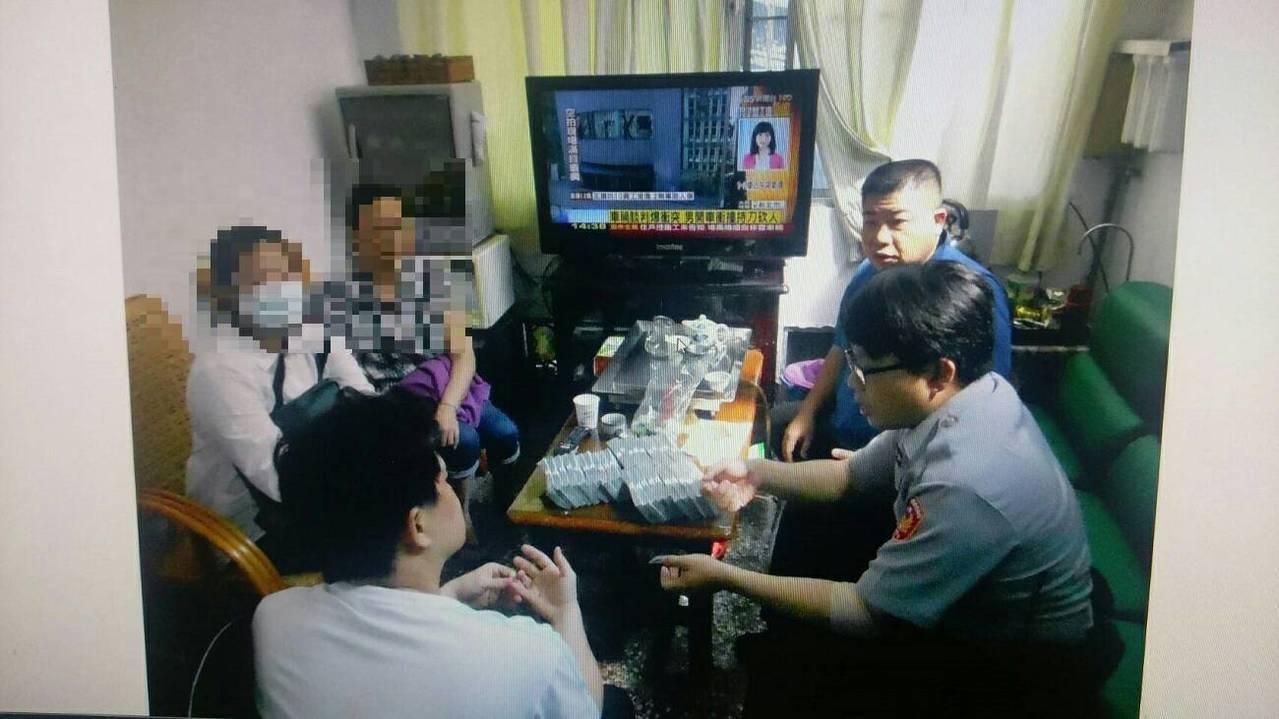陳姓男子拿房產到當舖借了350萬元,打算匯到香港投資賭博球盤,當舖業者直覺有異報...