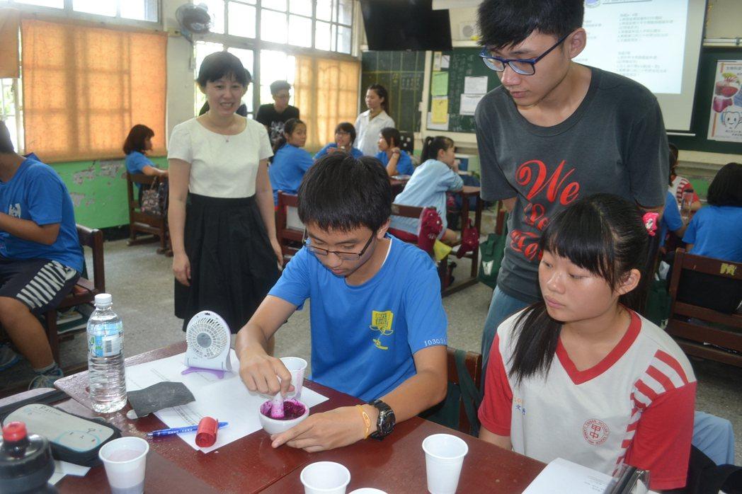 成大師生昨走進台南市後甲國中,教導學生用隨手可得的植物材料,用於口腔健康檢測。記...