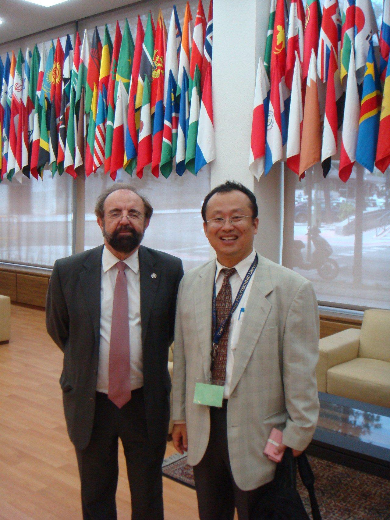 中興大學創新產業暨國際學院院長黃宗成(右一)2011年拜見結合國世界觀光組織,並...