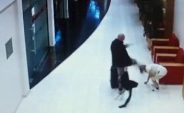 保加利亞飯店監視器畫面顯示,男住客狠踹女員工。(圖/翻攝自local新聞網)