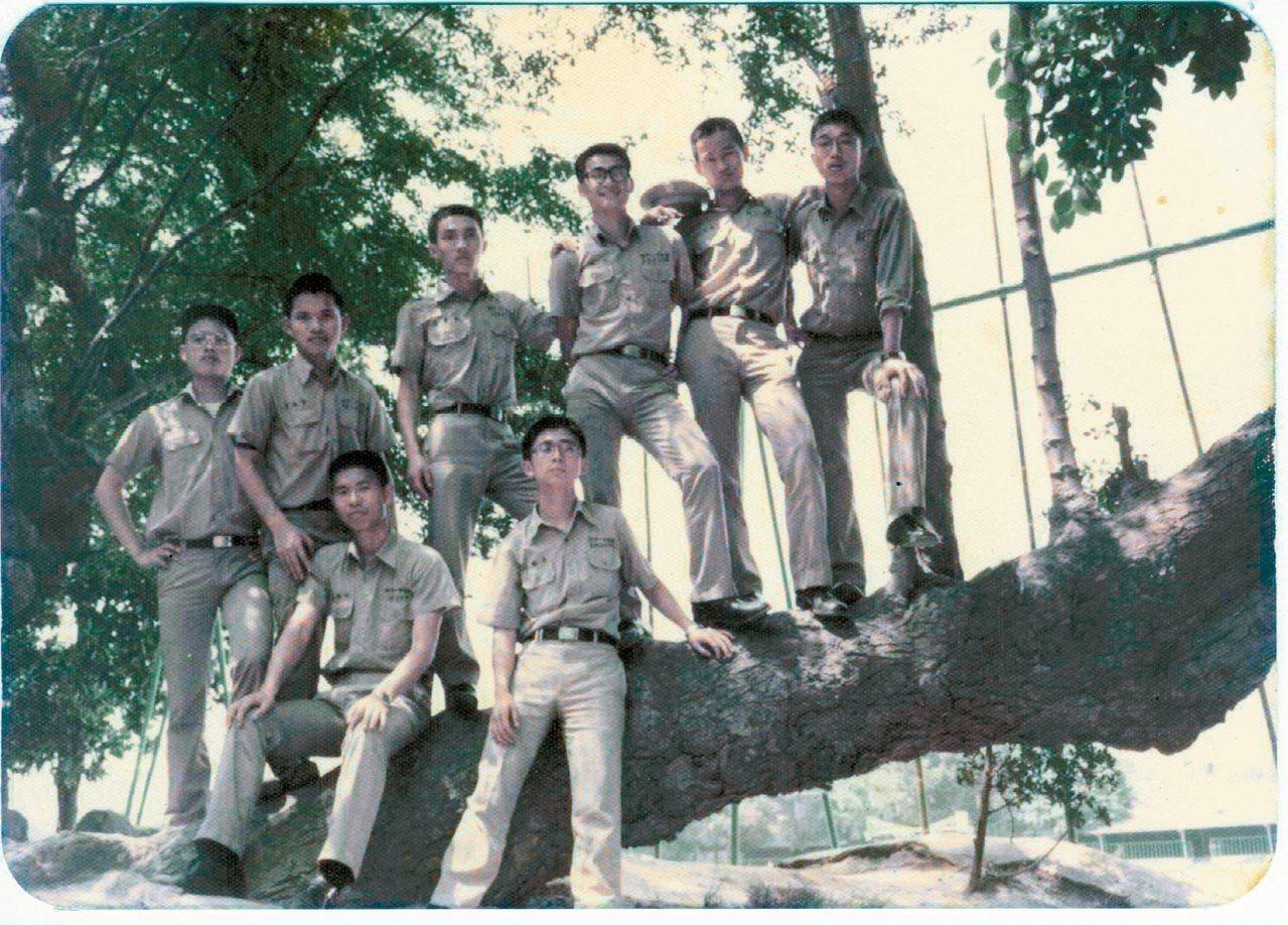 66年5月,高三畢業前與同學在台中一中校園合影,左二作者,左四現任台北市議員周柏...