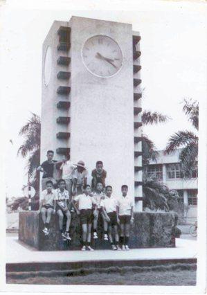 62年7月,國中同學在中興新村時鐘下合影。 廖振富.圖片提供