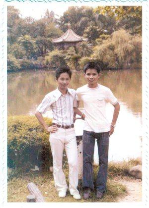 66年8月,大學聯考後與陳龍森在省議會合影,右為作者。 廖振富.圖片提供
