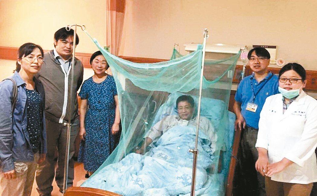 住院後,我的床位高掛起蚊帳,這人生第一次,感覺頗漏氣的。 圖/蔡金川提供