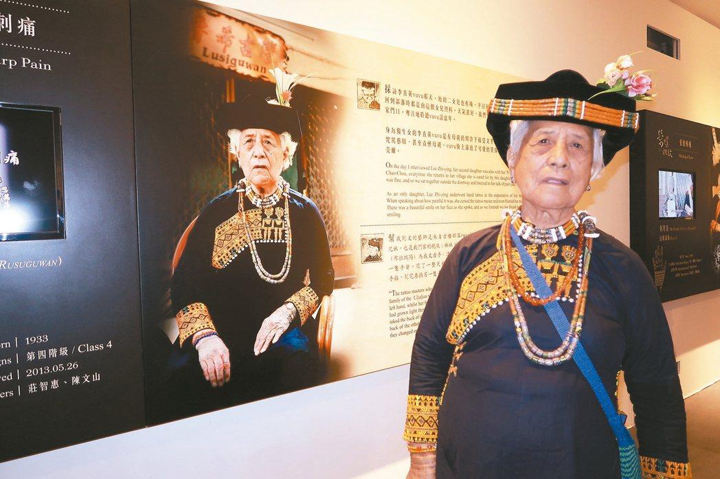 84歲的李直英看著自己的手文故事感動不已。 記者翁禎霞/攝影