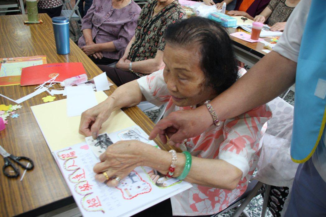 專長裁縫的李藍青寅,利用巧手及天然美感,裝飾自己的人生繪本,用心程度也讓老師認為...