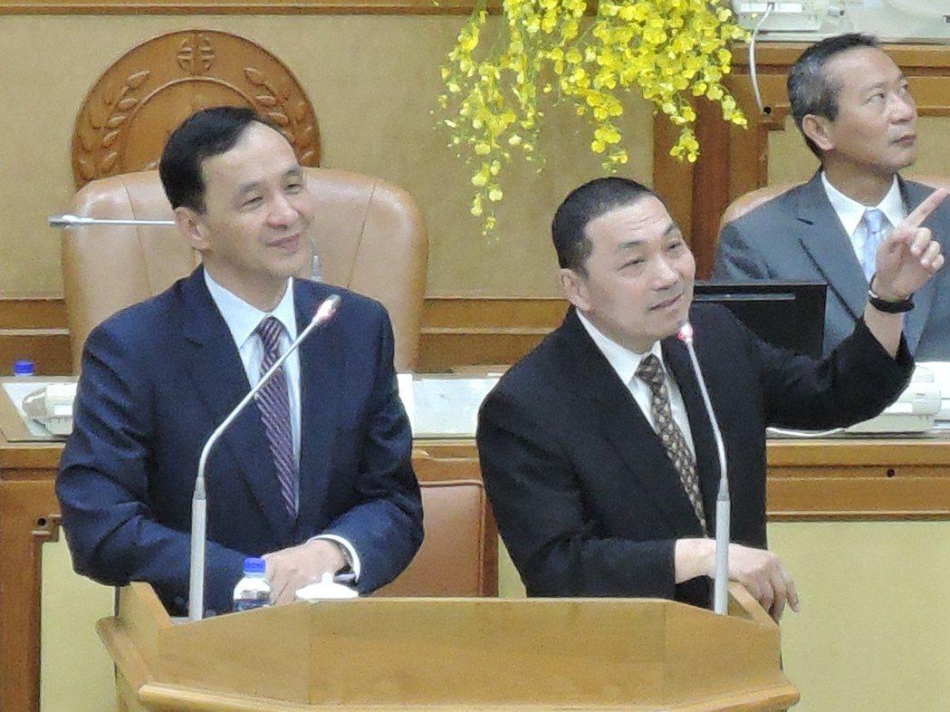 新北市長朱立倫(左)和副市長侯友宜(中)會不會參選台北市長、新北市長?昨天再度成...