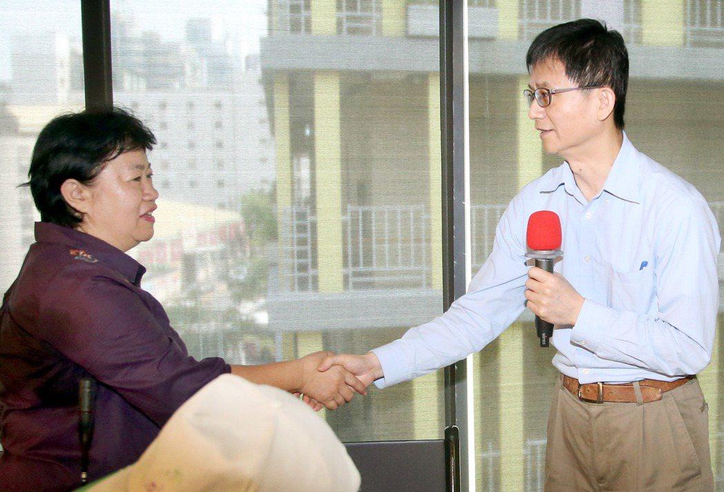 環保署副署長詹順貴(右)針對上次會議只進行五分鐘就散會,會議一開始就向現場民眾鞠...