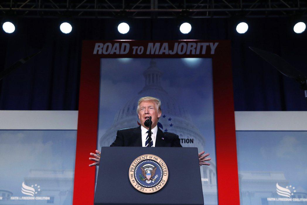 川普在基督教保守派會議上說,他正被攻擊,但會更強大。(美聯社)