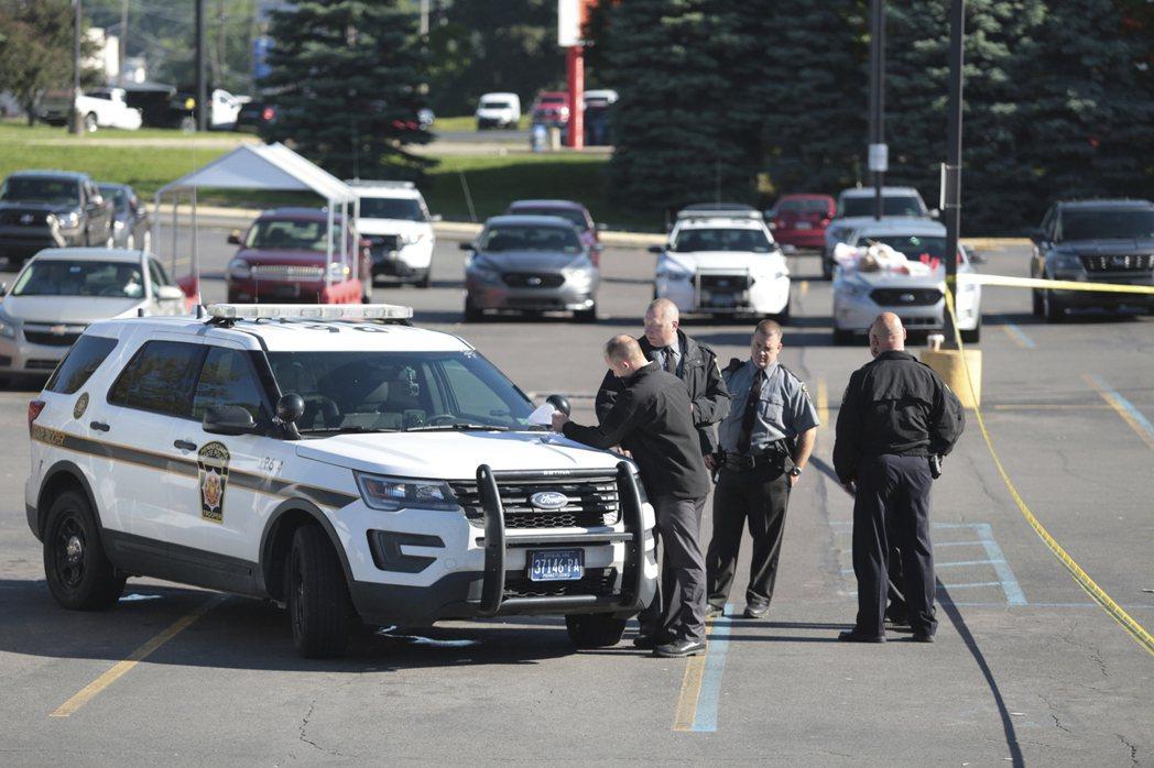 賓州伊頓鎮Weis超市夜班員工史泰爾8日凌晨槍殺三名同事後舉槍自盡。州警在現場調...