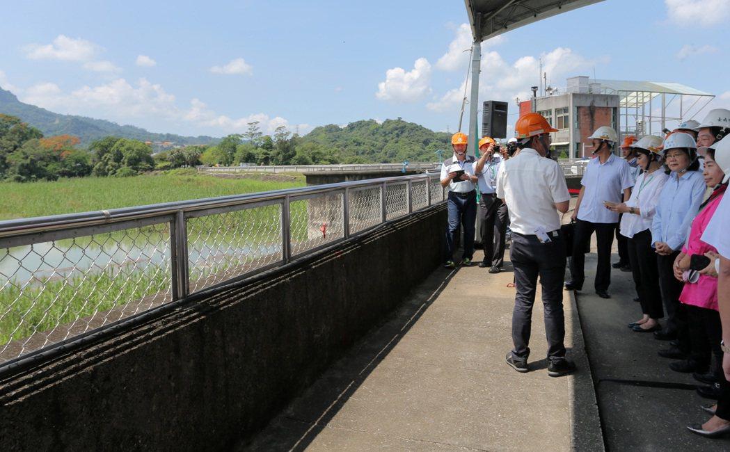 總統蔡英文昨天(9日)上午到台南白河水庫視察水庫淤積情況,蔡總統強調會用前瞻計畫...