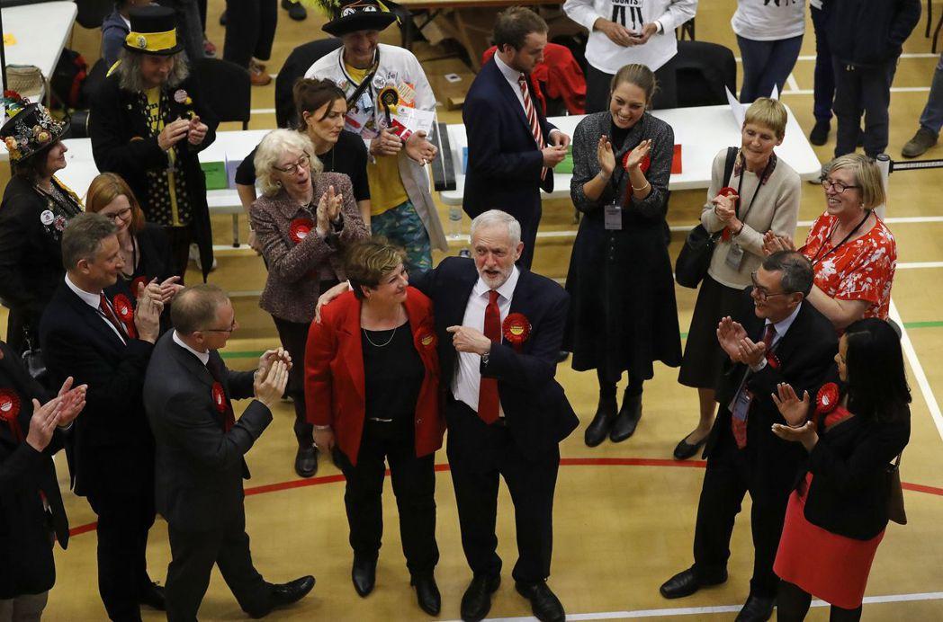 柯賓(中右)的工黨席次增加不少。 美聯社