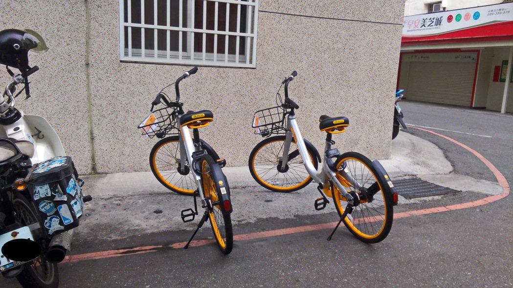 民眾在住家附近發現鄰居將oBike單車騎回家,並違停在紅線上。 記者潘俊偉/攝影