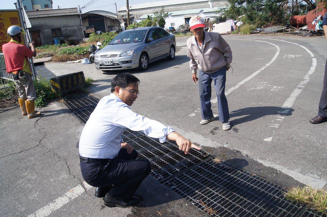 台中市議員陳清龍(前)積極奔走各大會勘,努力為地方爭取福利。圖/陳清龍提供