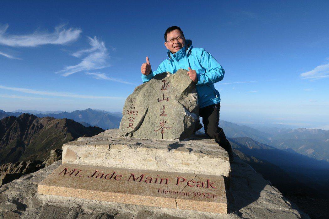 陳清龍罹癌後更享受人生,今年5月他率領服務團隊攻頂玉山。圖/陳清龍提供