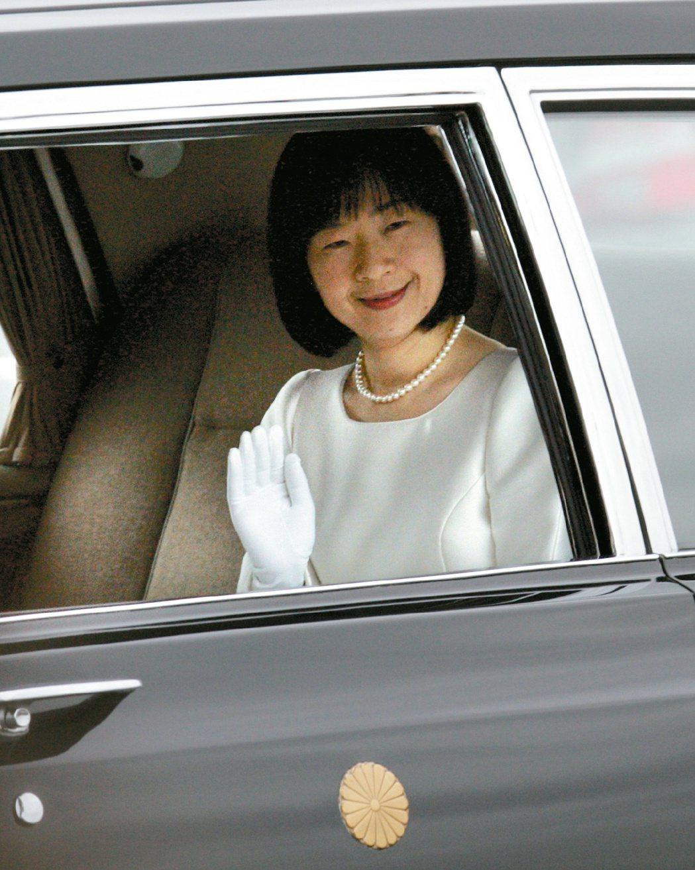 清子公主2005年出嫁,搭乘黑色禮車離開皇宮。