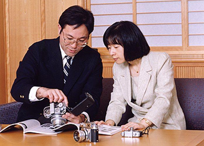 清子公主(左)下嫁黑田家以後,開始融入平民社會。本報資料照片