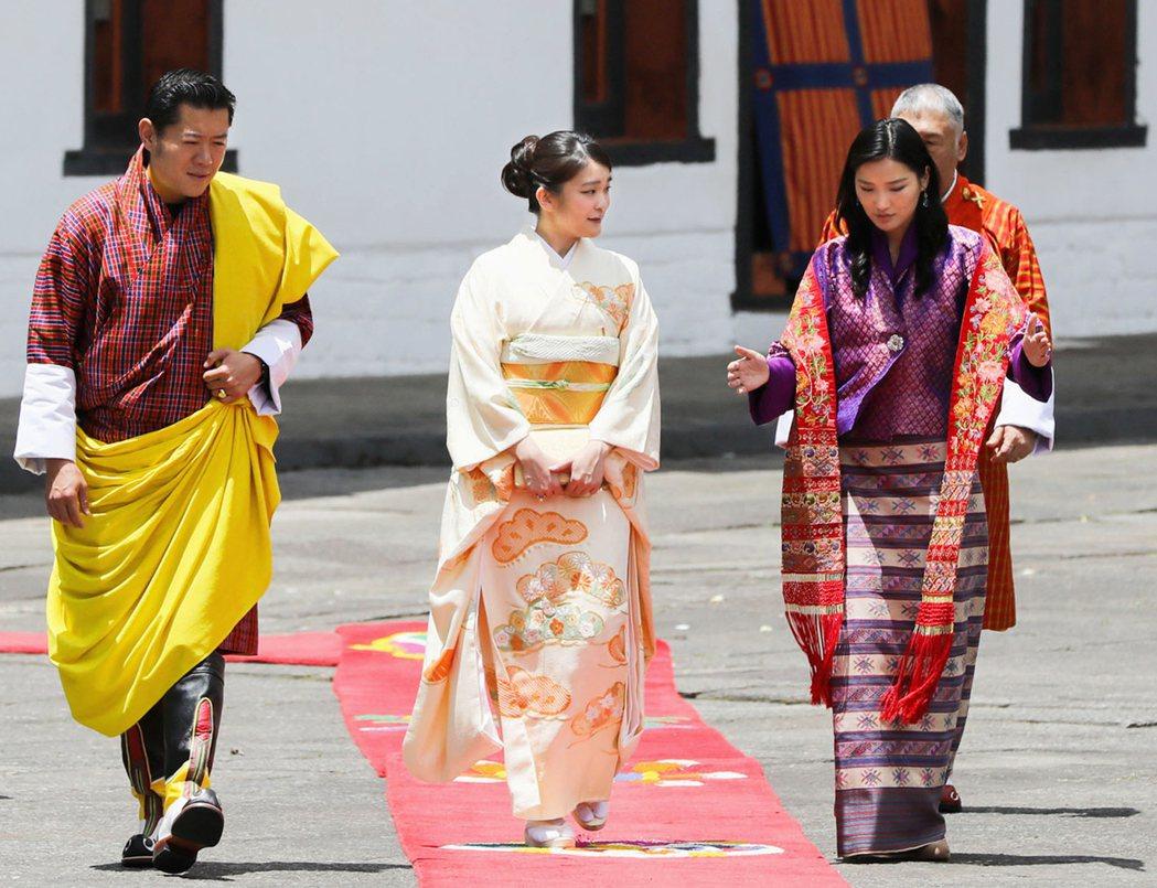 日本現任天皇長孫女真子公主(中)今年五月曾出訪不丹。 美聯社資料照片