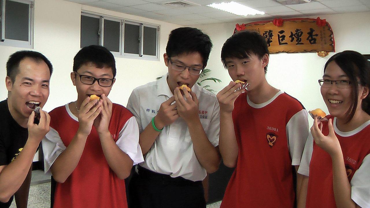 五福國中學生胡凱文(中)在烹飪中找到人生方向,細心烘焙了美味的檸檬炸蛋和雪球與師...