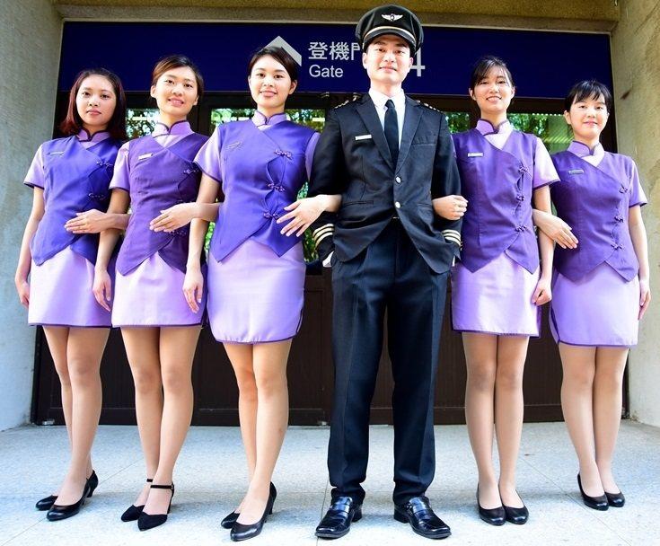 中原大學畢業典禮要讓校園變身「中原航空城」,法律財經系學生穿上空服員裝更顯美麗和...