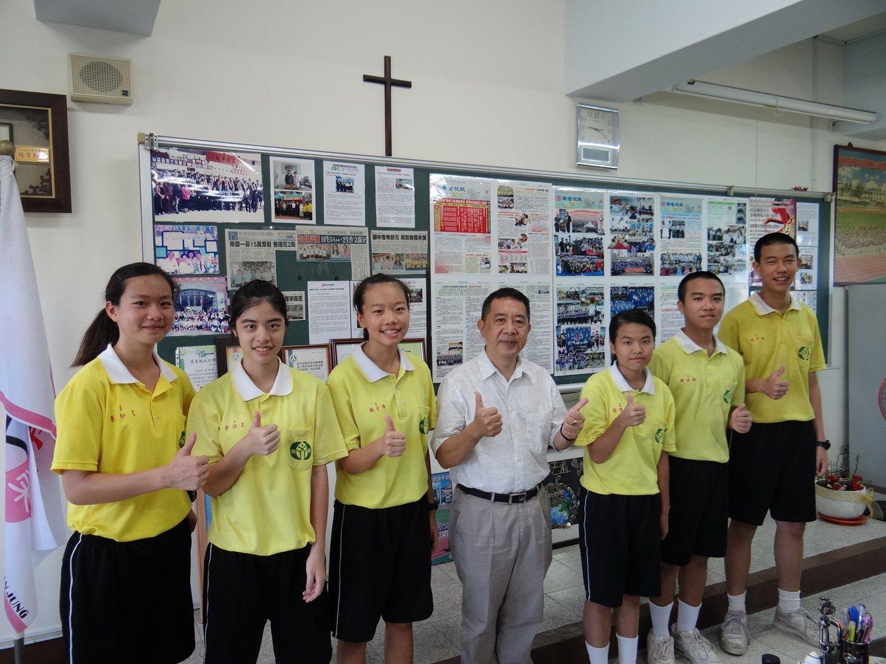 南榮國中這次會考共有6個5A++學生分別為蔡知言(左起黃衣)、蔡佩育、賴安琦、涂...